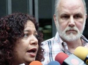 La directora de 2001 junto al presidente del Colegio Nacional de Periodistas.